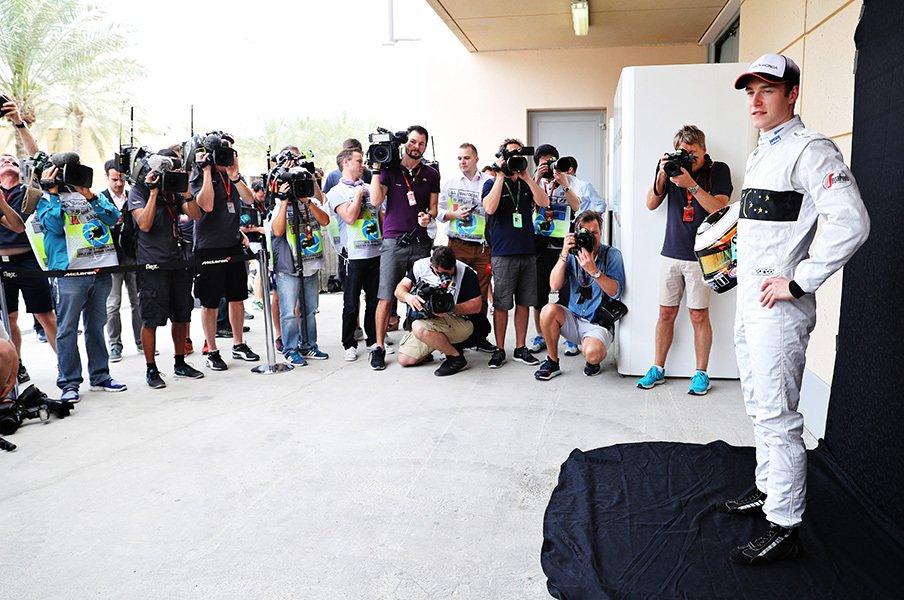 欠場のアロンソが献身的なサポート。F1デビュードライバー入賞の裏側。<Number Web> photograph by Getty Images