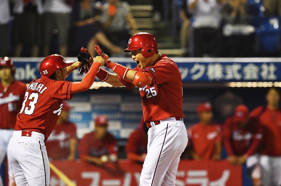 交錯した野球人生がまた1つに……。新井貴浩と赤松真人、広島での邂逅。<Number Web> photograph by Hideki Sugiyama