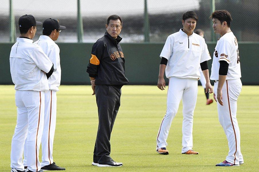 """昭和なタバコ文化の残るプロ野球。原監督の""""禁煙令""""に思い出すこと。<Number Web> photograph by Kyodo News"""