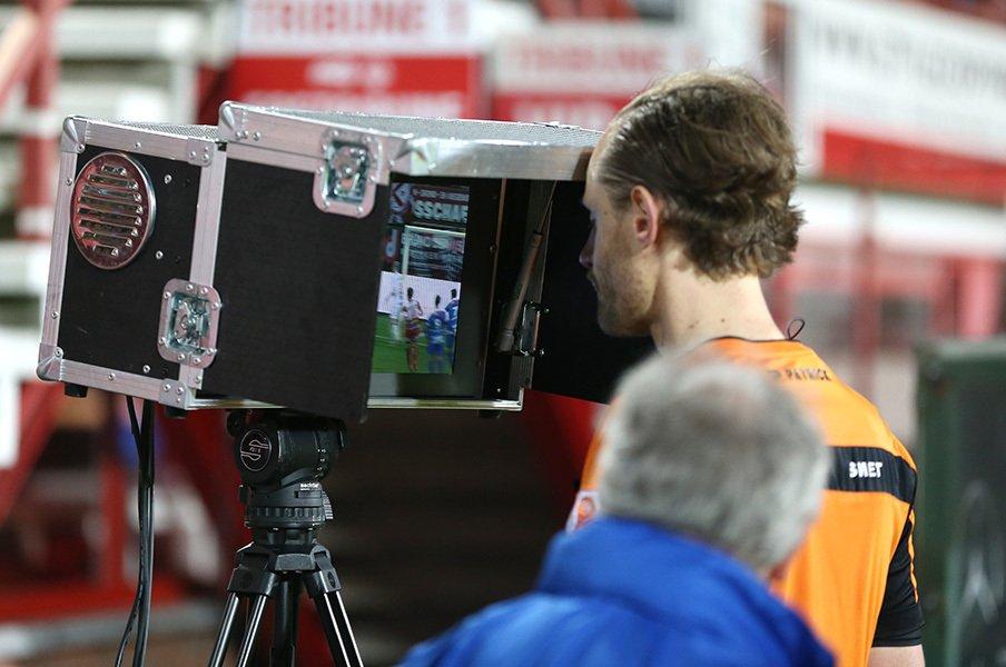 もうビデオ判定の導入は止まらない。ブンデスで試行錯誤中。日本の運用は?<Number Web> photograph by Getty Images