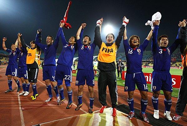 勝利を喜ぶ日本代表メンバーたち