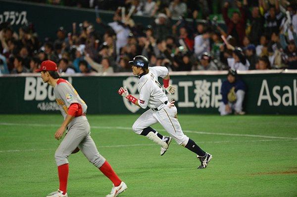 糸井嘉男、満塁走者一掃の二塁打。