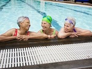 """""""水着姿のストレス""""が認知症予防に!? 不眠、誤嚥、肥満にも効く「高齢者」の正しい泳ぎ方"""