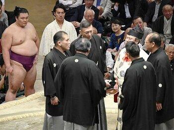 相撲のビデオ判定はあくまで「目安」。ハイテク偏重の前にあった先人の知恵。<Number Web> photograph by Kyodo News