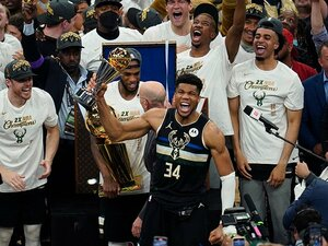 """《NBAファイナル》MVPヤニス・アデトクンボが証明したもの「自分の夢を信じてほしい」""""グレートネス""""を見せつけた2つのプレーとは?"""