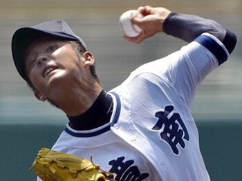 """168cmの体、130kmの直球で完封劇。""""小さな巨人""""樟南・山下の投球術。<Number Web> photograph by Kyodo News"""