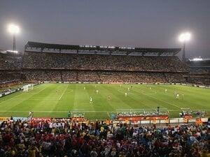 熱狂的空気を演出する、老舗スタジアムの底力。~南アでのサッカー観戦の醍醐味~