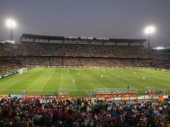 熱狂的空気を演出する、老舗スタジアムの底力。~南アでのサッカー観戦の醍醐味~<Number Web> photograph by Getty Images