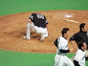 """「もういいです、悲劇のヒーローは」斉藤和巳が引退を決めた、""""0と1""""。"""
