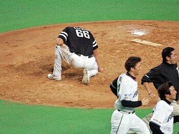 """「もういいです、悲劇のヒーローは」斉藤和巳が引退を決めた、""""0と1""""。<Number Web> photograph by Hideki Sugiyama"""