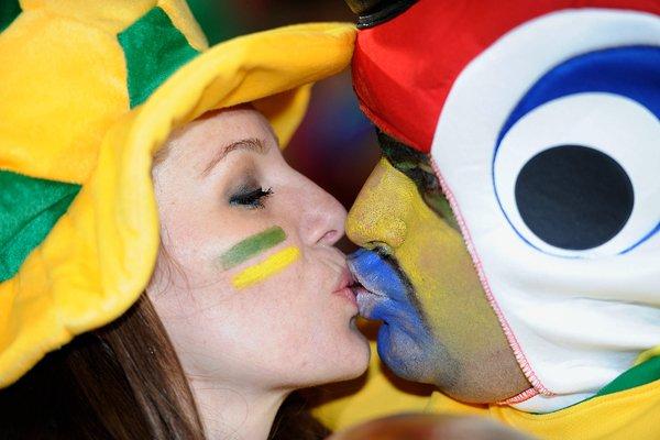 キスをかわすブラジルサポーター