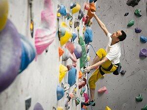 視覚に頼らず壁を登るクライマー。49歳の日本王者が越えた2つの挫折。