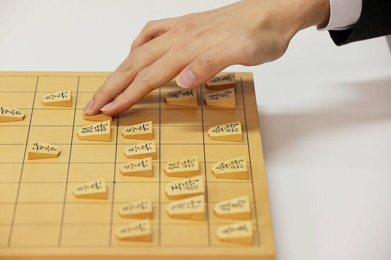 将棋の駒は20枚対20枚。そこから歩を抜くと11枚対11枚になる / photograph by