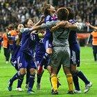 サッカー女子W杯2011決勝、GK海堀に飛びついて喜ぶなでしこたち