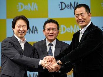 会見に臨む守安社長と瀬古総監督、ベイスターズ中畑監督(左から)。