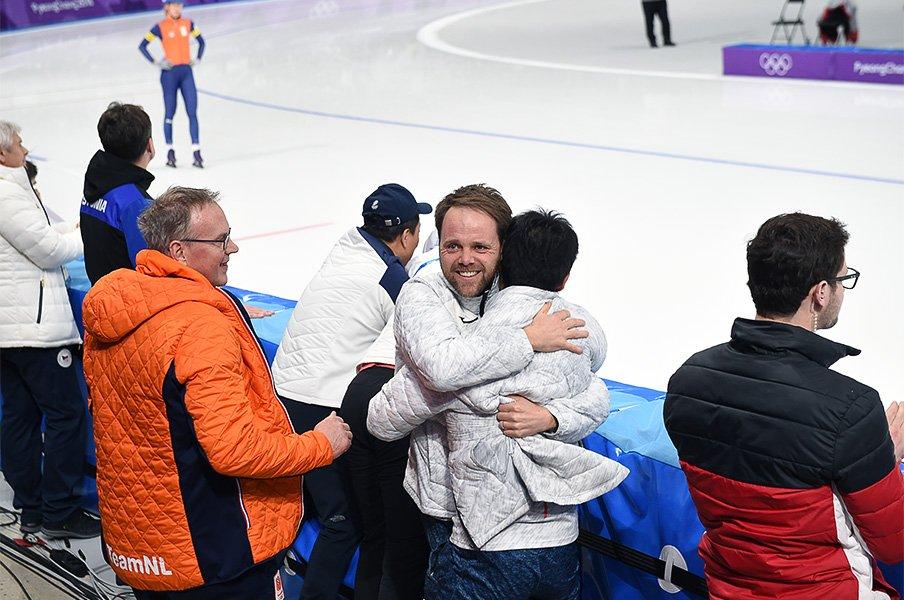 マススタートで高木菜那がゴールした瞬間のデビットコーチ(写真中央)。オランダと日本の指導技術の融合から生まれた金メダルだった。 / photograph by Naoya Sanuki/JMPA