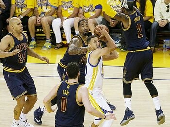NBAファイナルが一方的な展開に。「超人」は「民主化」に勝てない?<Number Web> photograph by AFLO