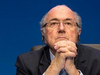 """天敵・ブラッター辞任でお祭り騒ぎ。イングランドよ、""""正気""""を取り戻せ。<Number Web> photograph by Getty Images"""