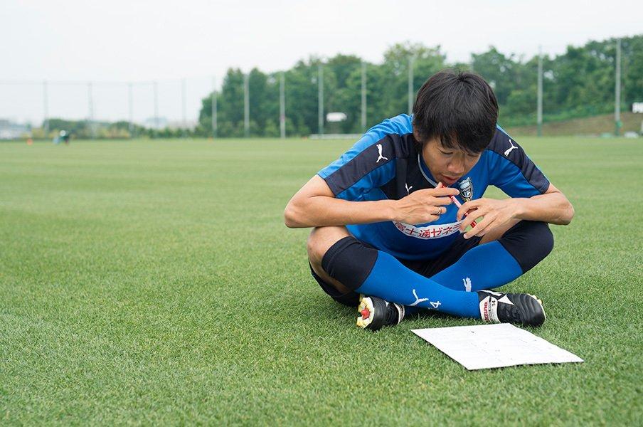 <動画あり>中村憲剛のEURO予想。名鑑片手に煩悶、日程の計算まで!?<Number Web> photograph by Asami Enomoto