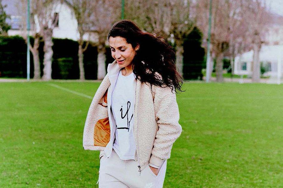 アフガン出身、父暗殺、そして医者に。偉大な女性サッカー選手の数奇な人生。<Number Web> photograph by Charlotte Robin/L'Equipe