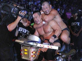 文化系プロレス、ひとつの到達点に。DDTが両国で見せた笑いと闘い。<Number Web> photograph by Yukio Hiraku