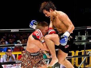 5Rでスタンディングダウンを奪った後も、山本は飛びヒザ蹴りなどで優勢をアピール。