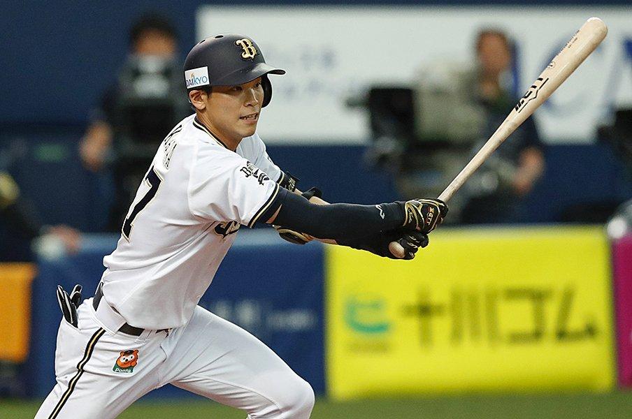 手袋なしで竹バットを振り込む──。交流戦首位打者・中川圭太の中学時代。<Number Web> photograph by Kyodo News