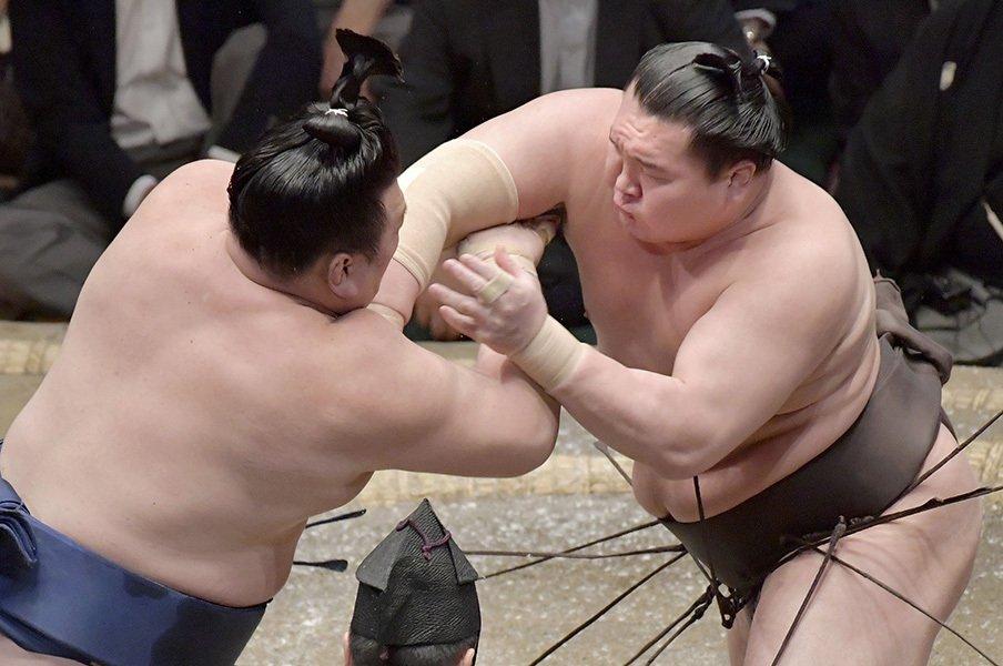 最近の白鵬の相撲を丁寧に批判する。能町みね子が「最強」に望むこと。<Number Web> photograph by Kyodo News