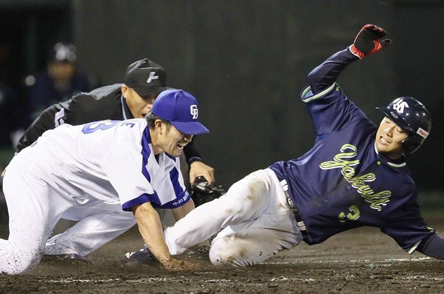 隙を逃さないヤクルトの「走塁変革」。旗手は広島から来た河田雄祐コーチ。<Number Web> photograph by Kyodo News