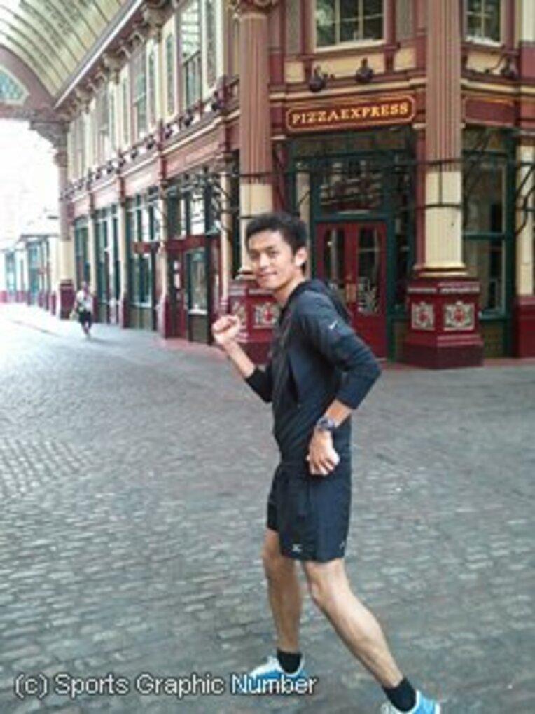 中継でもクローズアップされる、石畳のレデンホールマーケットを走る筆者。「走っていたらオリンピック選手に間違われました」 / photograph by