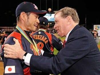 WBC連覇に成功したイチローを祝福するセリグ・コミッショナー
