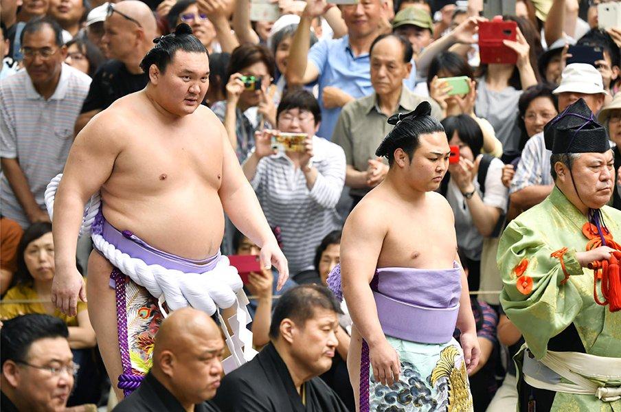 相撲は本当に体重が重い方が有利?番付が上がるほど小さくなる影響度。<Number Web> photograph by Kyodo News