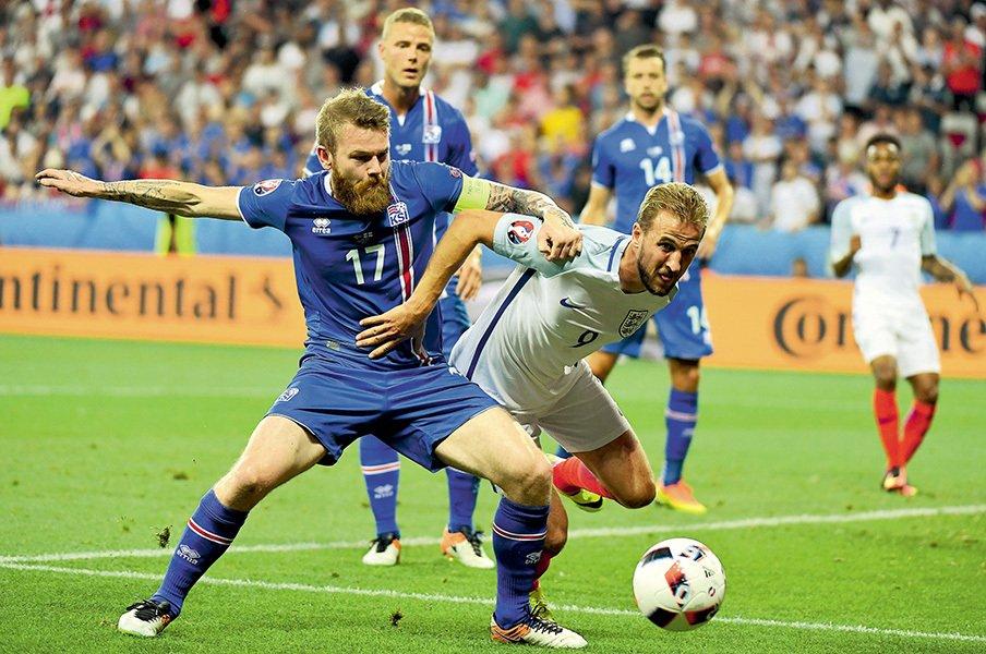 FIFAランク112位でベスト8へ下克上!アイスランド代表・グンナルソンの伝説。<Number Web> photograph by PIERRE LAHALLE