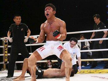 """北岡の咆哮と弘中の号泣。""""リスク""""が名勝負を作った。<Number Web> photograph by Hisao Yamaguchi"""