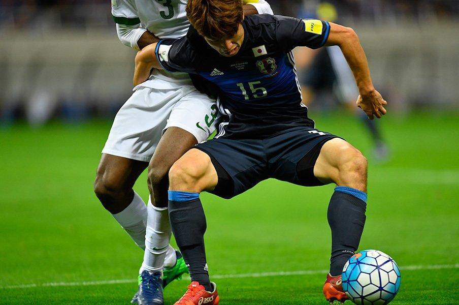 """ボールが収まる大迫のありがたさ。""""正しい競争""""でハリルJは甦った!<Number Web> photograph by Takuya Sugiyama"""