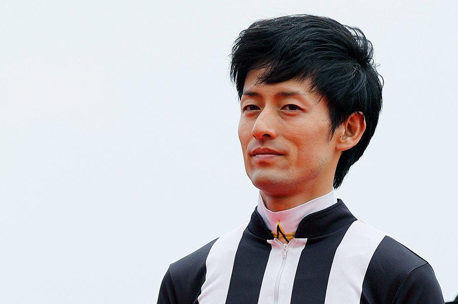 騎手22年目・秋山真一郎の忠実さ。武豊の美しいフォームのように。<Number Web> photograph by Photostud