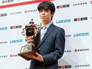 藤井聡太二冠、驚異の「勝率8割ペース」はどこまで続く? 昨年度はA級棋士に8勝7敗、今年度の戦績は…