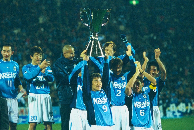 2002年セカンドステージを制してカップを掲げる中山雅史 ©︎Kazuaki Nishiyama