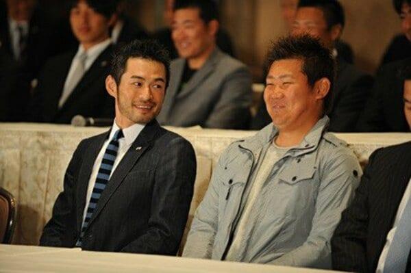 記者会見でのイチローと松坂大輔