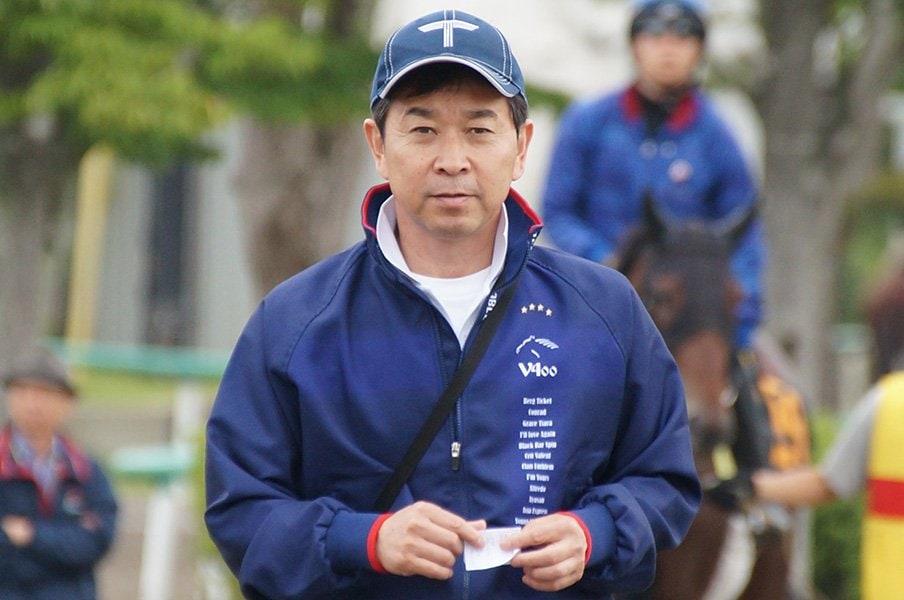 一度は競馬に反発した幼少期を経て、親子2代で夢を繋ぐ手塚貴久調教師。<Number Web> photograph by Satoshi Hiramatsu