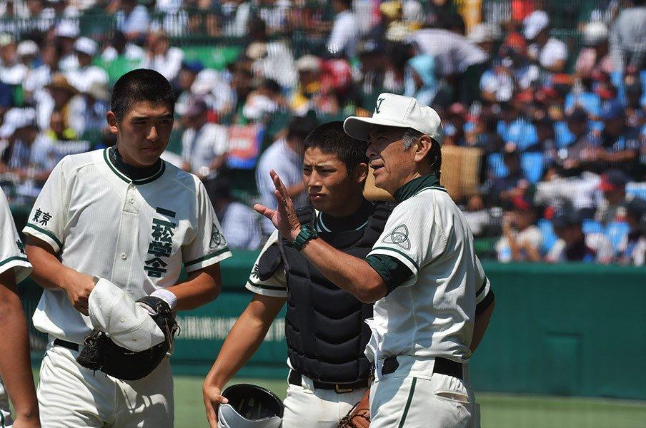 二松学舎監督からエースへの労い。「なんか、無理やりだったかな」<Number Web> photograph by Hideki Sugiyama