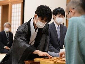羽生さんは2年後、ひふみんは8年後。藤井聡太棋聖、2つ目のタイトルは?