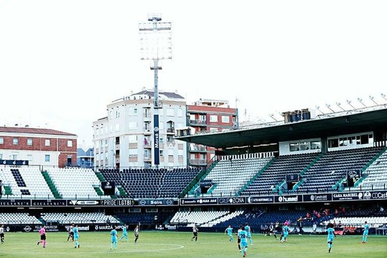 これもスペインの地方サッカー場ならではの光景だ。小規模なスタジアムだと隣接するスタジアム外の住宅からピッチ内が見えるような作りになっていて「ファンが屋上などから観戦していました」(中島氏)とのこと。無観客試合が続くリーガだが、こんな感じでフットボールを楽しめるファンもいる。 / photograph by Daisuke Nakashima