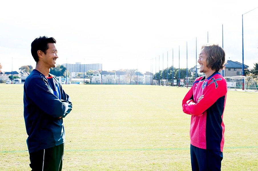 石川直宏が引退直前に佐藤由紀彦と。「最後は自分らしく」「ナオのスタイルを」<Number Web> photograph by Asami Enomoto