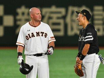 二塁を守りつつマイコラスを一喝!巨人マギーは成績以上の助っ人だ。<Number Web> photograph by Takuya Sugiyama