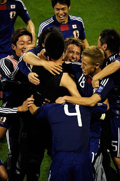 歓喜する日本イレブン