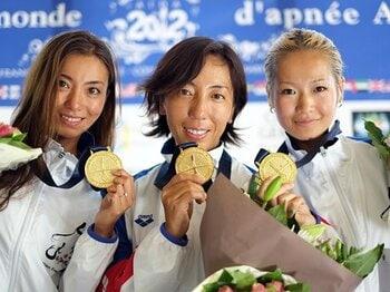 ニッポンの女子が偉業達成。フリーダイビングで世界連覇。~189mを潜水する「人魚ジャパン」~<Number Web> photograph by Ryuzo Shinomiya