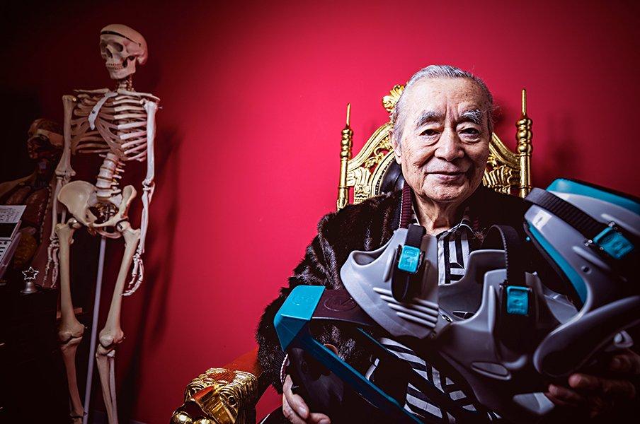 ドクター・中松の元祖(?)厚底。「スーパーピョンピョン」レビュー。<Number Web> photograph by Kiichi Matsumoto