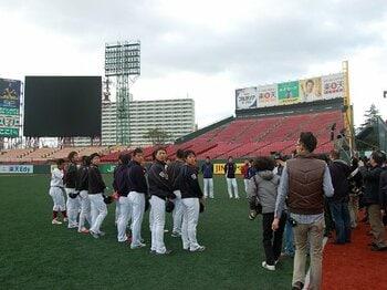 日本一の陰でトライアウトへ……。巨人軍を戦力外になった男達の意地。<Number Web> photograph by Genki Taguchi