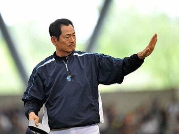 かっこ悪くても、キヨシにいてほしい!CSを逃したDeNAの監督辞任騒動。<Number Web> photograph by Hideki Sugiyama